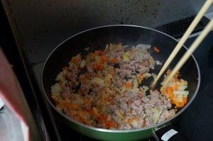 キムチ餃子 具を炒める